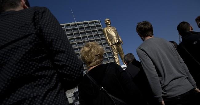 Israel artist displays golden statue of Netanyahu in protest