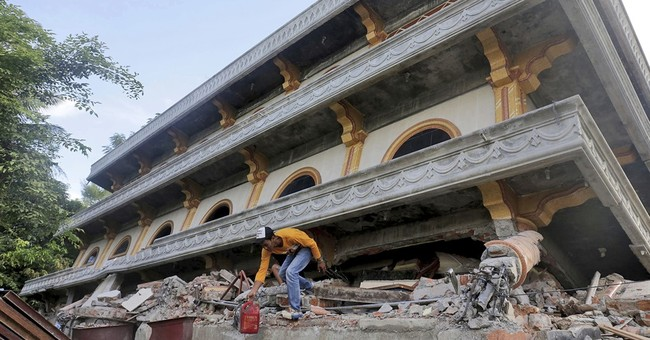 AP PHOTOS: Indonesian towns reel from earthquake devastation