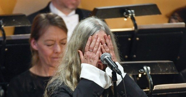 Patti Smith blanks out during Nobel Prize performance