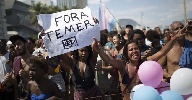Big crowd turns out for colorful gay pride parade in Rio