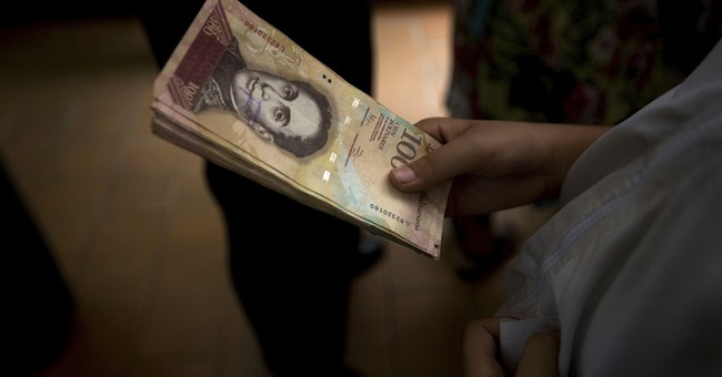 Venezuela shuts Colombia border to fight currency smuggling