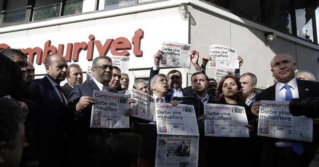 Rights group: Turkey silencing media in post-coup crackdown