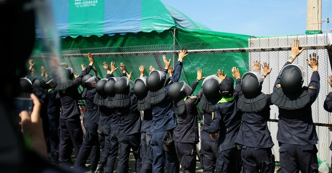Thai police put pressure on controversial Buddhist temple