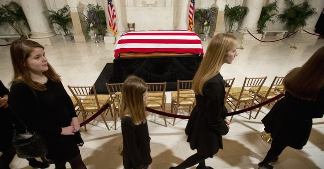 Thousands pay respects to late Justice Scalia