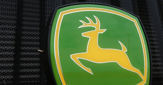 Deere's 1Q results top estimates, but cuts full-year outlook
