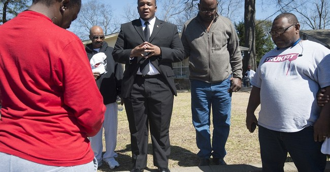 Police shooting: Funeral for Alabama man draws 200 mourners