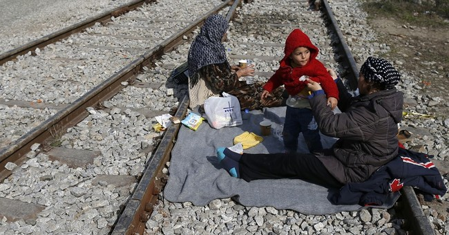 Greece sets up detention camps as refugee deal hits delays