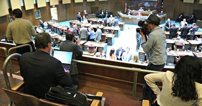 Arizona lawmaker drops ban on journalists who refuse checks