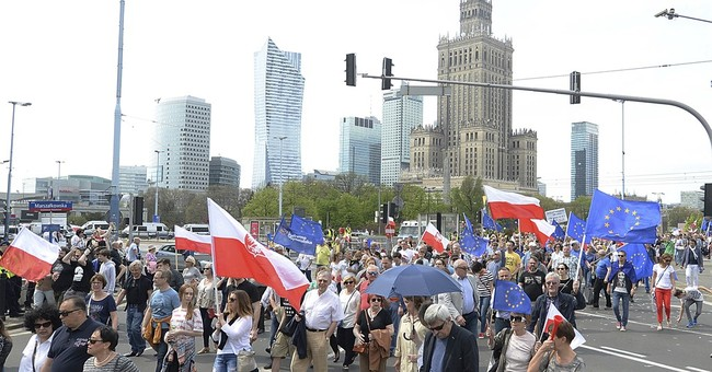Poles protest their populist govt with large rally in Warsaw