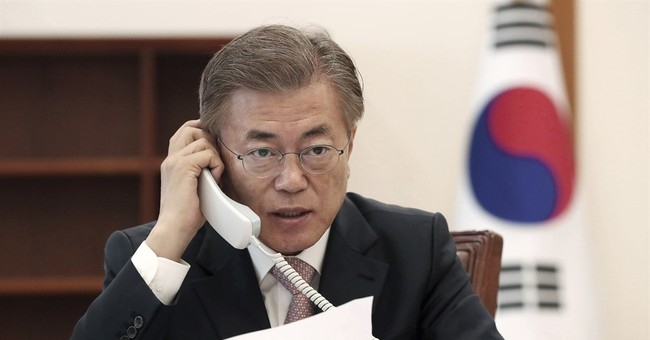 Moon's down-to-earth manner generates buzz among Koreans