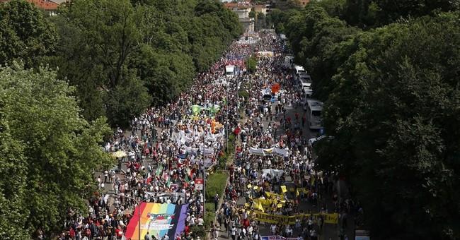 Populist campaign for minimum income draws Italian marchers