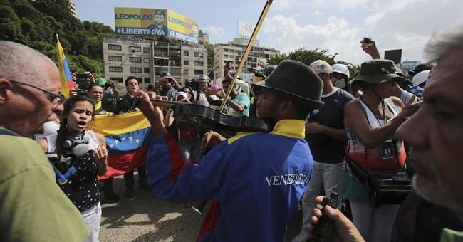 Amid tear gas, Venezuela violinist symbolizes hope for peace