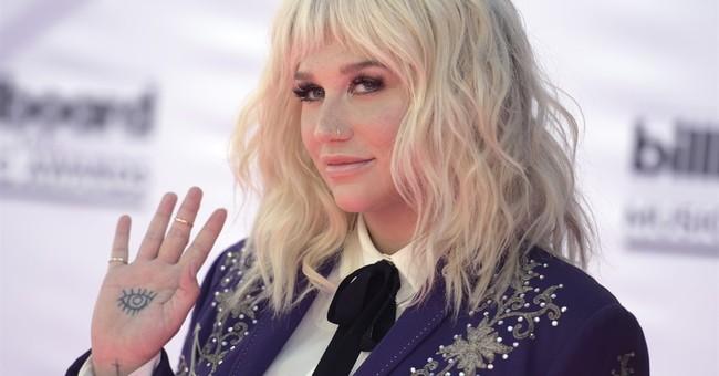 Jerry Seinfeld says 'no thanks' to hug from Kesha