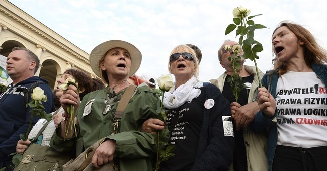 Polish police forcibly remove anti-Kaczynski protesters