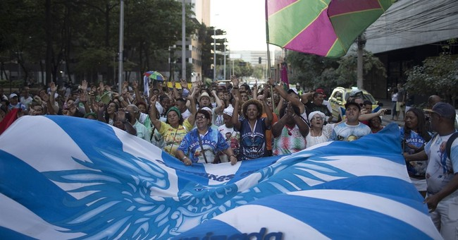 Samba schools protest against budget cuts for Carnival