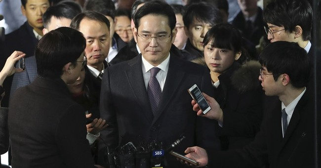 Seoul court begins reviewing arrest of Samsung heir