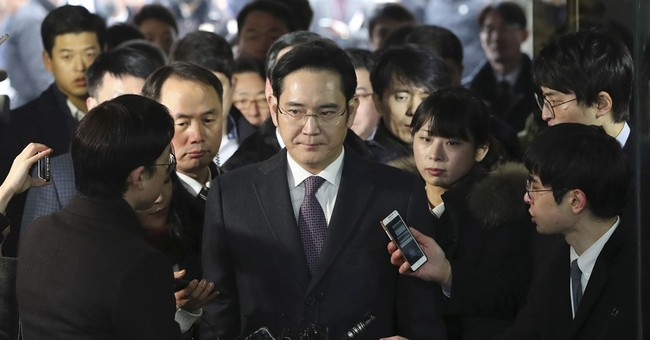 Seoul court begins reviewing arrest of Samsung heir