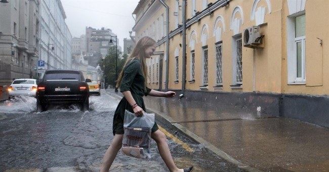 Thunderstorm in Moscow kills 1, forces 40 planes to divert