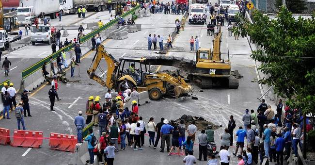 2 killed in sinkhole on highway south of Mexico City