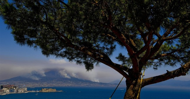 Italian wildfires kill 2 homeowners, force tourists to flee