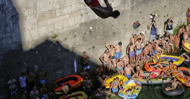 AP PHOTOS: Dramatic dives are centuries-old Bosnia tradition