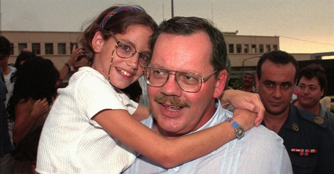Ex-hostage's daughter finds dad's love by meeting his captor