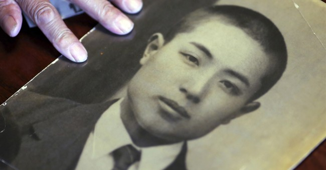 Japanese siblings accept WWII soldier's flag from US veteran