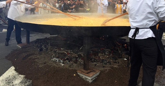 Defying Europe's egg scare, Belgian town makes giant omelet