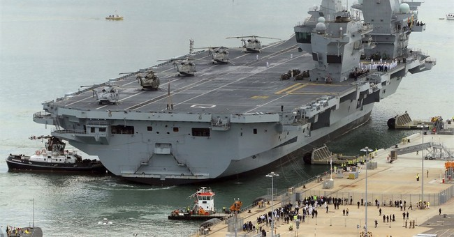 New UK aircraft carrier HMS Queen Elizabeth arrives at port