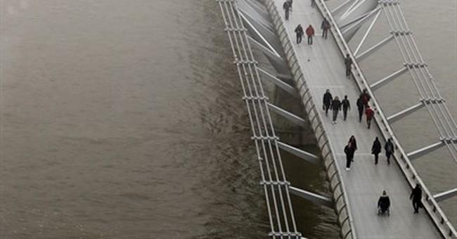 London air pollution 'very high'; heavy fog disrupts flights