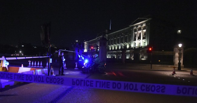 2 police hurt arresting man with knife at Buckingham Palace
