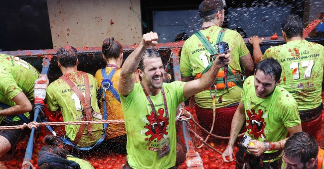 """Thousands pelt each other in Spain's messy """"Tomatina"""" fight"""