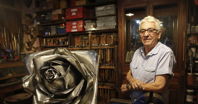 Argentine goldsmith creates roses from Falklands war weapons