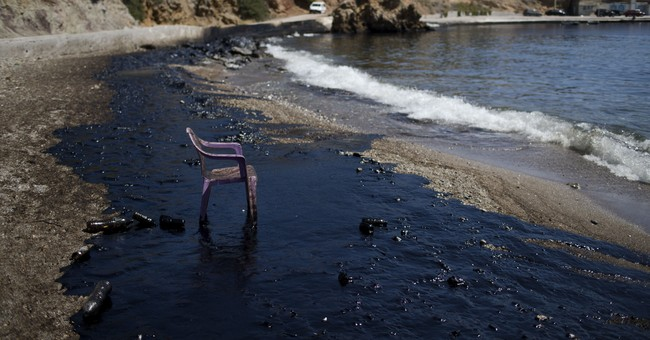 Greece: Oil from tanker's sinking prompts beach warnings