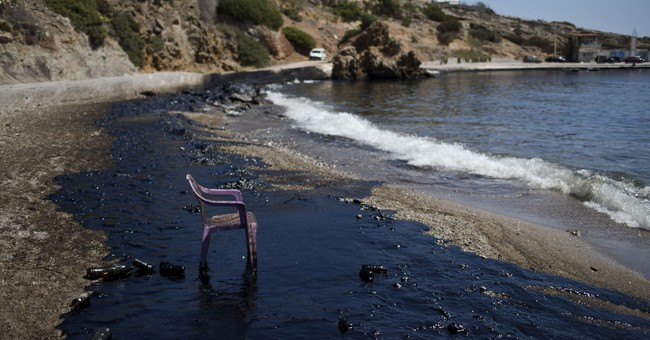 Greece: Oil from tanker's sinking prompts beach warnings