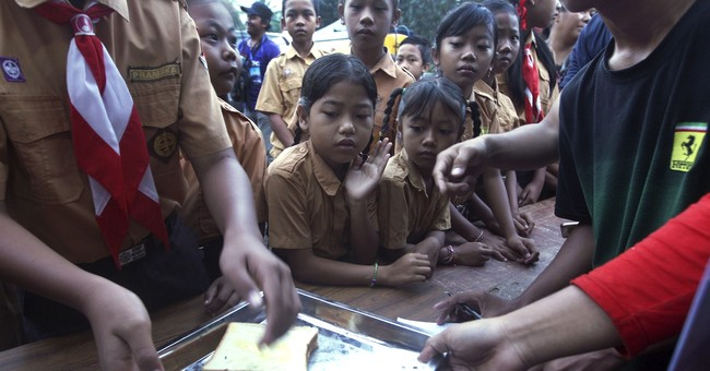 The Latest: Evacuees get meals at temporary camps on Bali