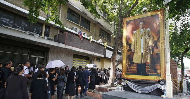 Thai mourners pay last-minute respects to late king