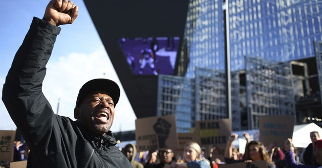 Police shooting protesters kneel before Vikings home game