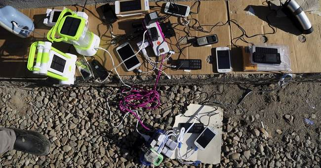Silenced by IS, displaced Iraqis relish return to phones