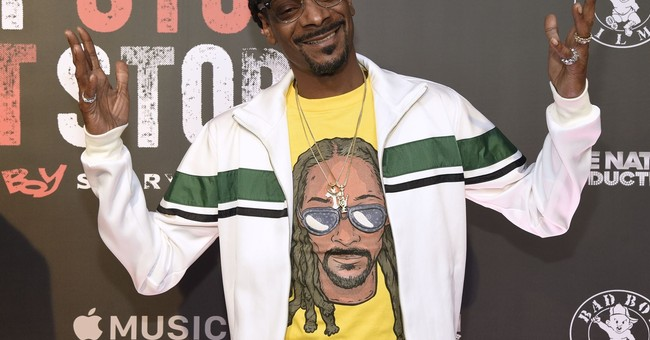 Snoop Dogg stands over Trump body on album cover