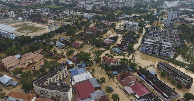 3 dead, 2,000 evacuated as storm strikes Malaysian state