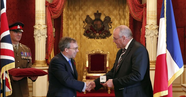 Queen's award for Briton who helped thwart train attack