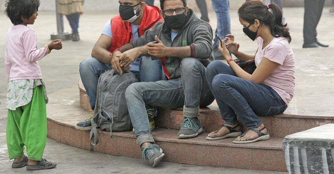 New Delhi residents offered masks as city chokes on smog