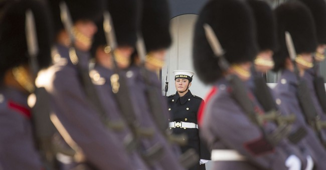UK Royal Navy perform palace guard ceremony for 1st time