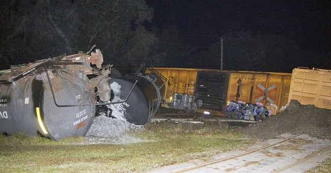 Train carrying molten sulfur derails in Florida