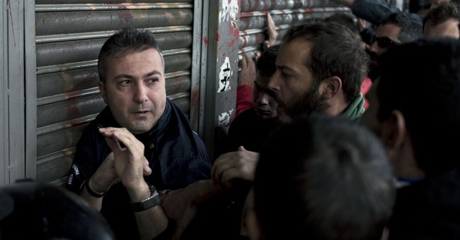 Greece: Clashes near PM's office over bailout labor reforms