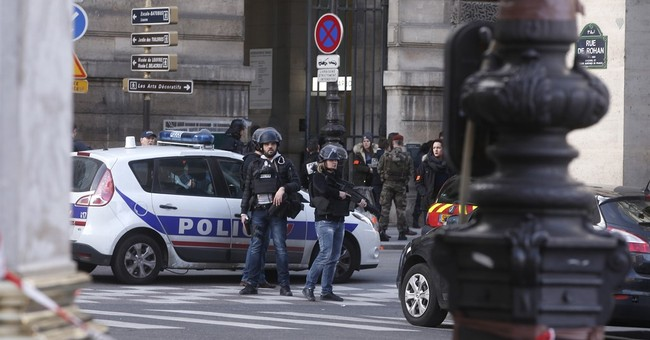 Soldiers thwart attack on Louvre, tourists held in lockdown