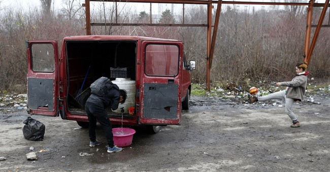 The Latest: Hundreds of migrants along Serbia's EU border