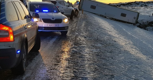 Iceland: Crash kills Chinese tourist, critically injures 12