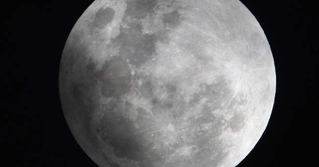 Full moon, comet starring in night sky show this weekend